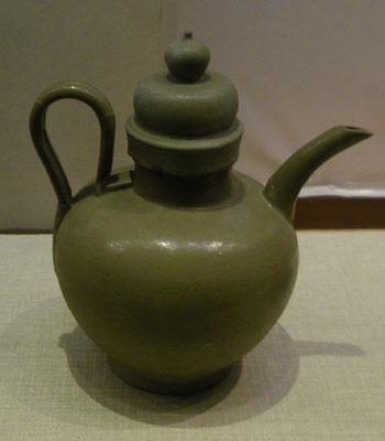 五代·越窑青釉团花纹瓷注子